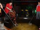 长沙厨师用3米巨锅做千斤小龙虾 四人合力翻炒