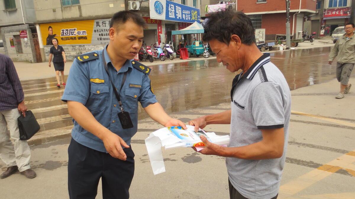 金华婺城区路政大队在竹马乡集镇开展现场咨询活动