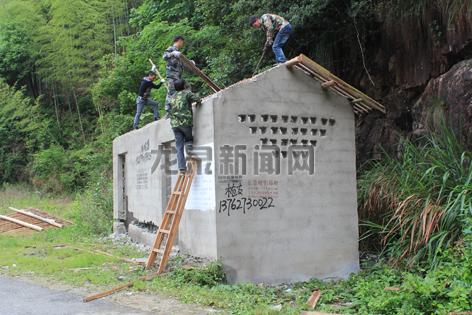岩樟乡拆除公路沿线违建