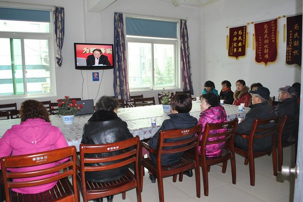 学前社区组织观看家庭教育大讲堂