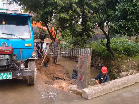 市建设局开展吕家屋水渠清淤工作