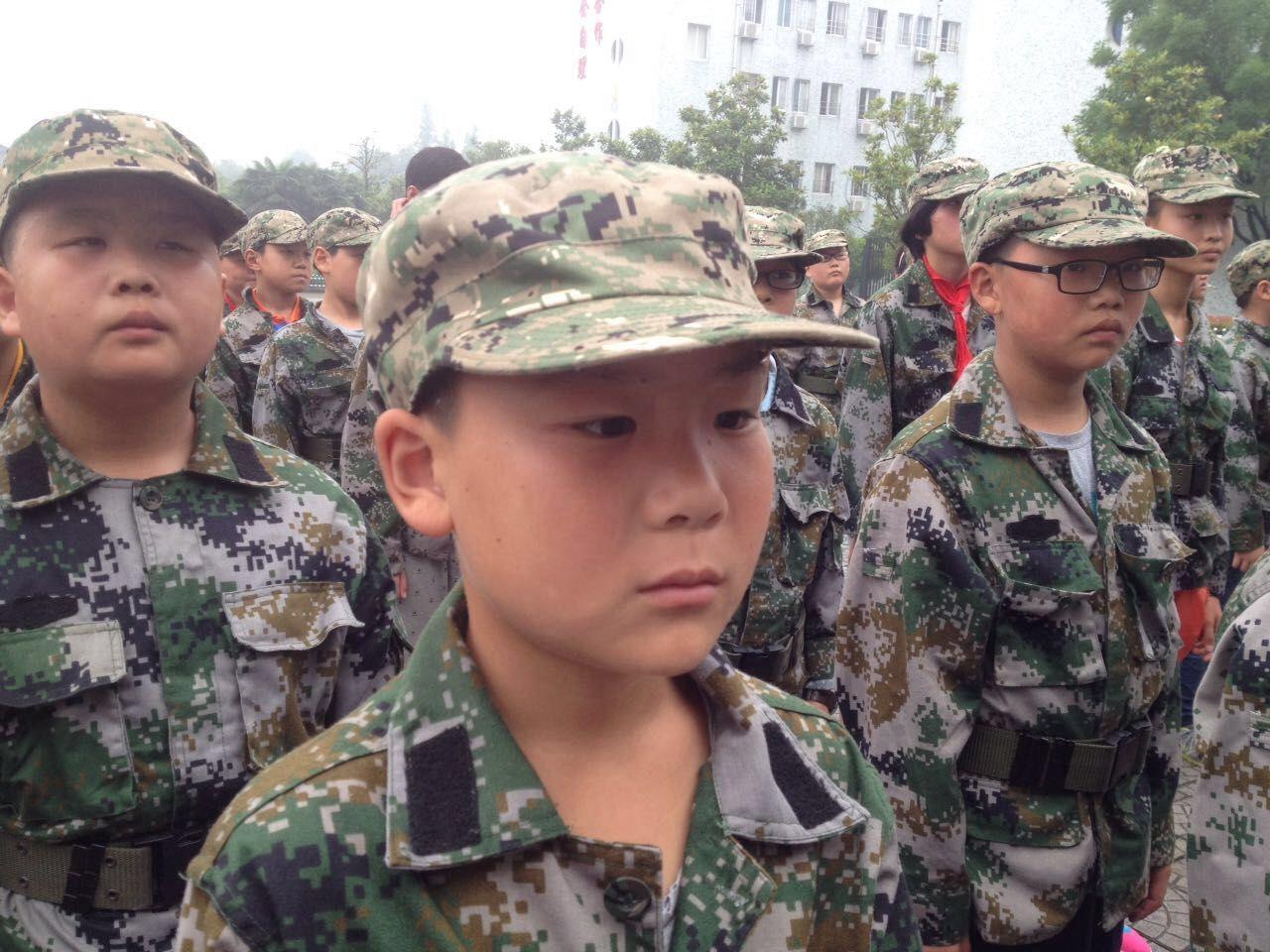 来看看小学生搞军训、穿小学的各种萌呆(图忆趣事军装图片
