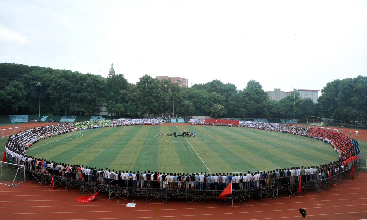 武汉4500名大学生拍全景毕业照 单张照片5G