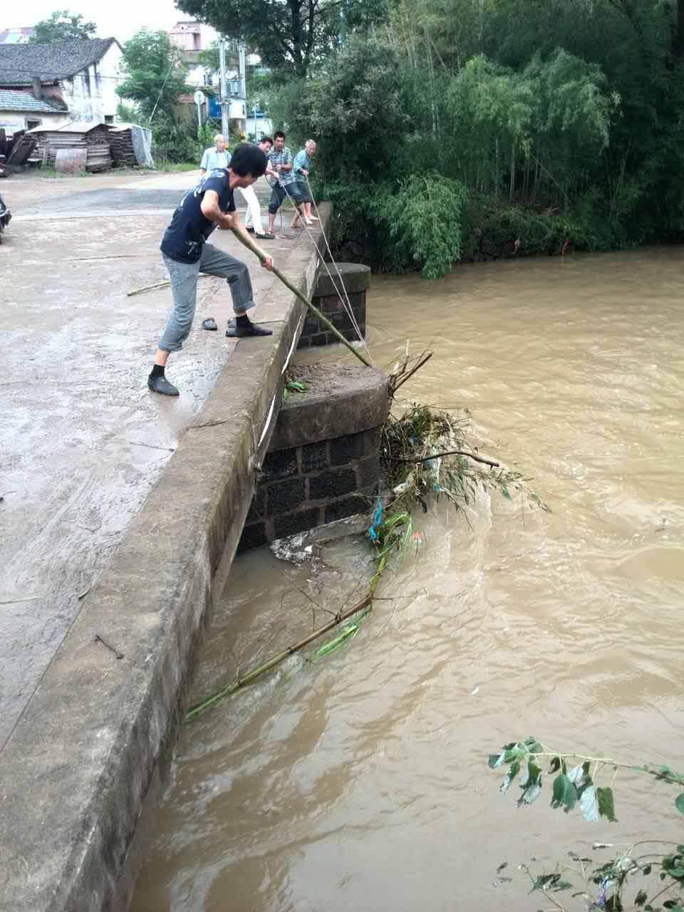 崇仁马仁村民村干部灾后积极清理河道