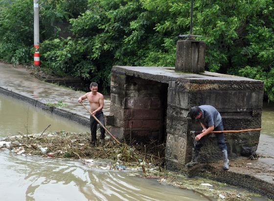 打捞垃圾 疏通水闸