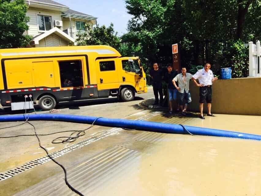 明山桃源小区地下停车库入口正在紧急排水