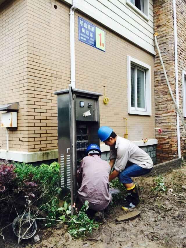电力部门应急小分队抢修明山桃源小区内的供电设备