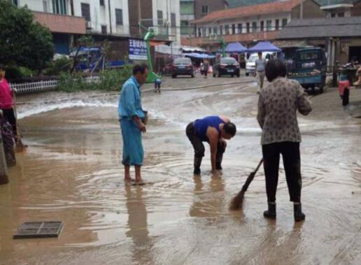 仙岩村组织村民清洗街路