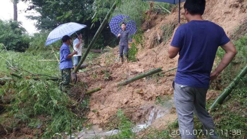地质专家实地踏勘山村地质灾害情况