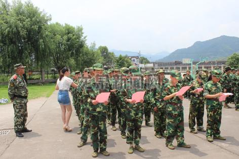 安仁镇向学生发放防溺水倡议书