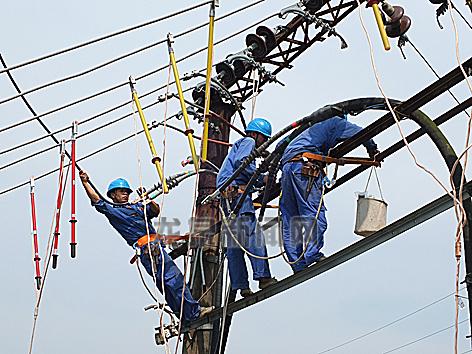 市供电公司更换电缆保居民夏季用电