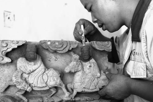 东阳手艺人修补旧砖雕