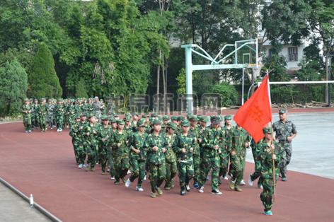 在烈日下参加军训的育才学校初一新生