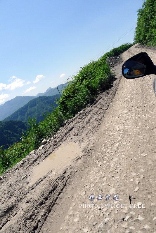 国民政府决定1939年8月开工修筑一条四川乐山到西昌的战略公路.修图片
