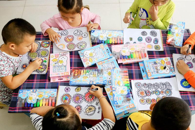 近日,在独山港镇渡船桥村幼儿园,孩子们用多彩的颜料,描绘起了自己图片