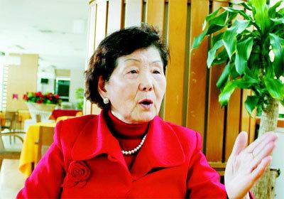 [2015-10-29]吴胜明:在浪尖上起舞的八旬老妪