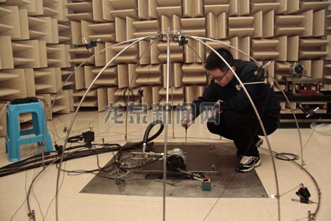工作人员正在试用震动噪声检验新设备