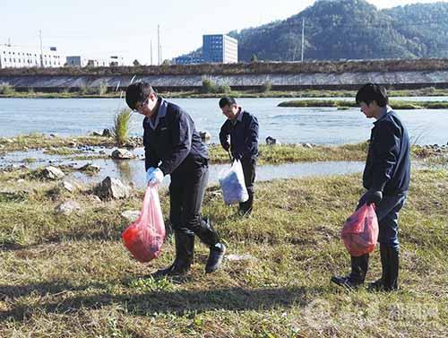 澄潭企业开展五水共治义务劳动