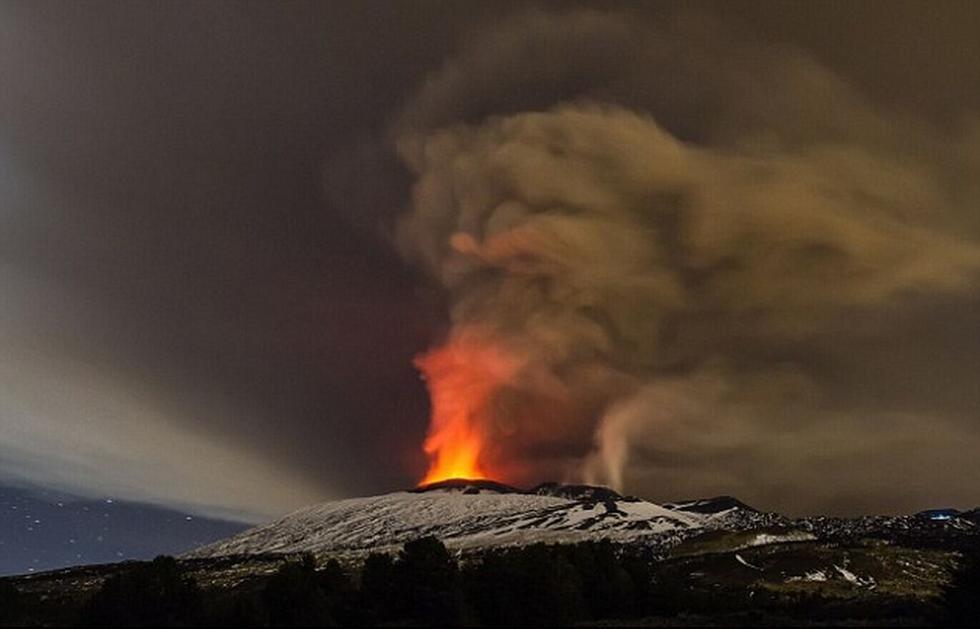 意大利埃特纳火山喷发 烟柱直冲天空