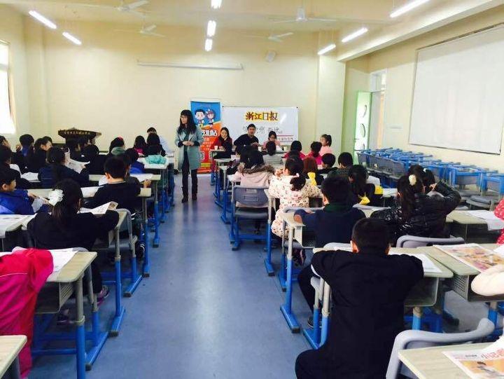 小记者面试走进荣光国际学校 三位小记者现场播报图片
