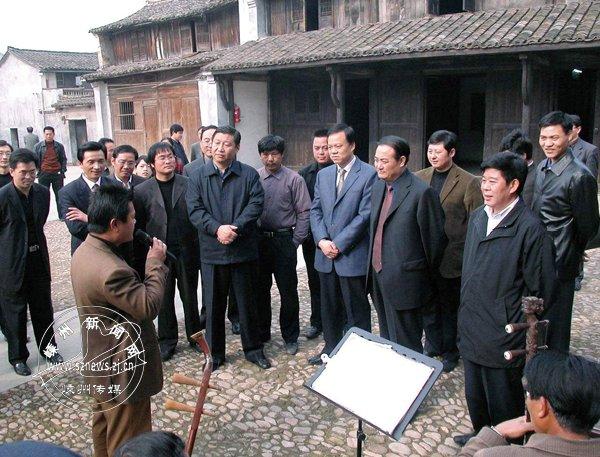 2004年12月14日,习近平在越剧诞生地甘霖镇东王村