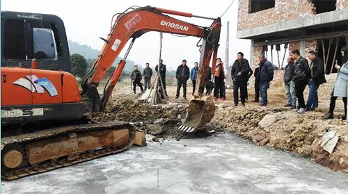 孝顺镇控新人员制止并拆除违建建筑