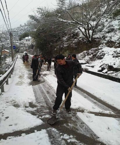 谷来镇联谊村积极组织开展扫雪活动  保障村民安全出行