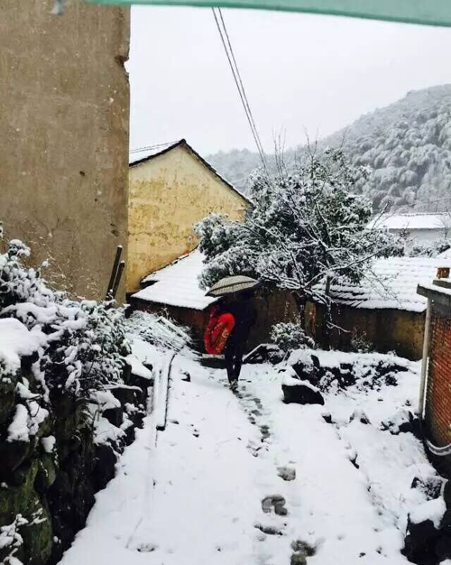 竹溪乡干部冒雪紧急转移危房户