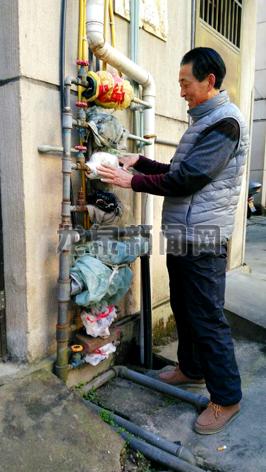 市区东小区一居民在包扎水表图片