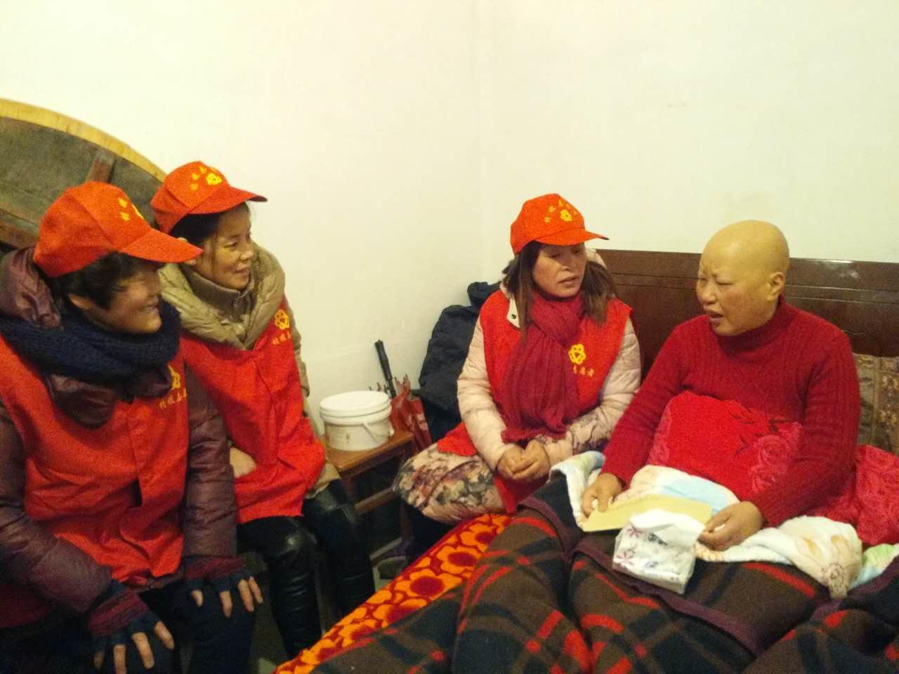 开元二村的村嫂志愿者们自觉组织看望贫困母亲