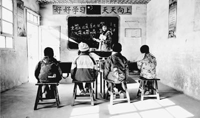 农村孩子上学难:校荒芜 教师老化