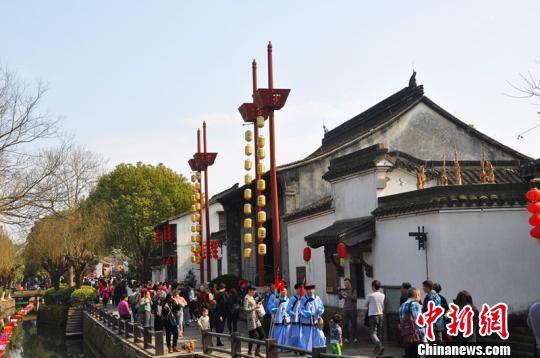 盐官民俗庙会吸引数万游客驻足。 盐官景区供图 摄