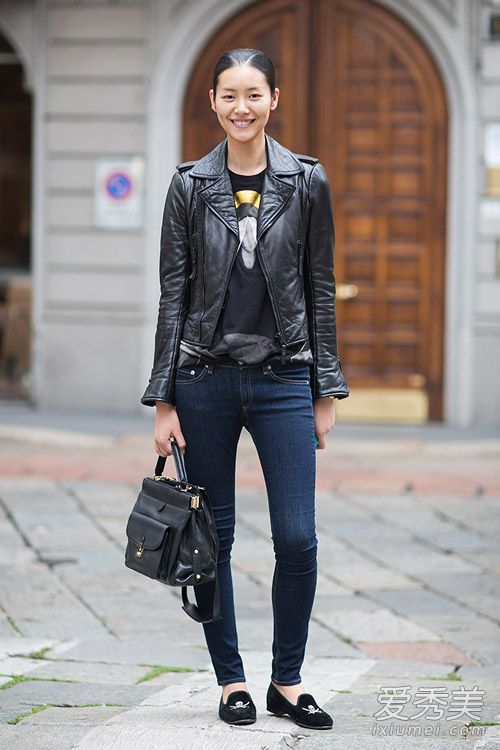 黑皮上衣-黑色皮衣外套内搭卡通T恤,更显可爱童趣,配紧身牛仔裤和平底休