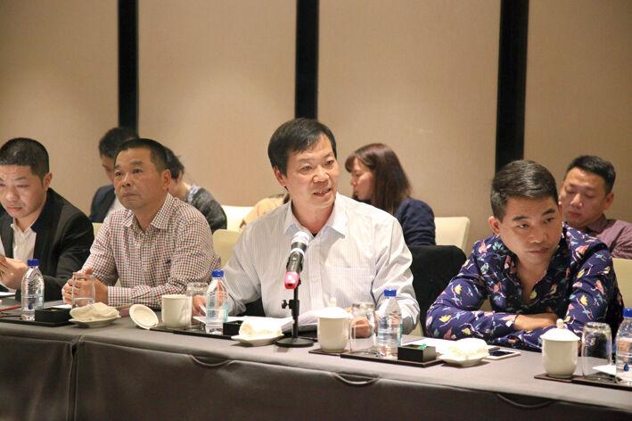 区人大代表、政协委员审议讨论大会报告