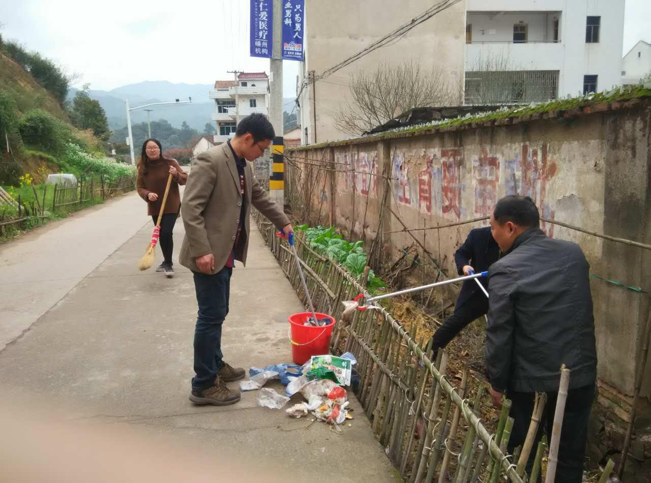 长乐镇教育总支组织党员进行校园周边环境义务清理活动