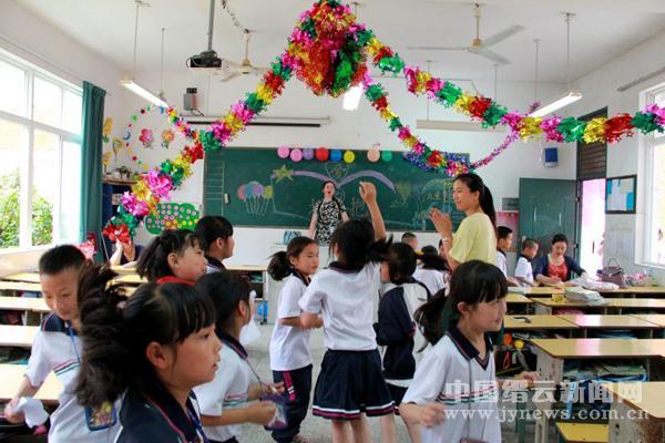 们过一个快乐的六一,家长们利用课余时间布置教室图片