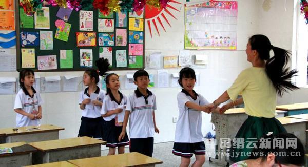 们过一个快乐的六一,家长们利用课余时间布置教室