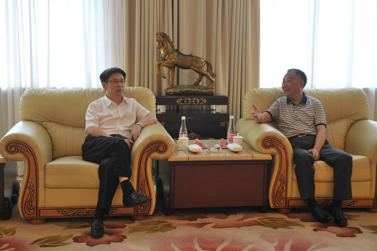 王海军)7月1日,县委书记毛建国与元立集团董事长叶新华座谈,专题听取图片