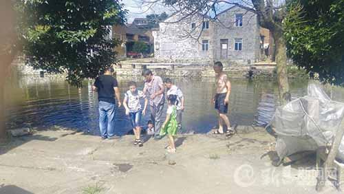 下村检查人员勇救落水儿童