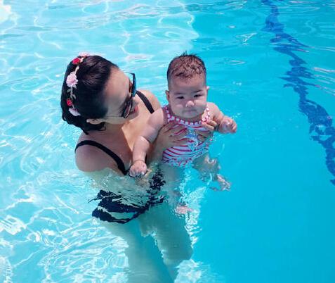 章子怡带女儿游泳