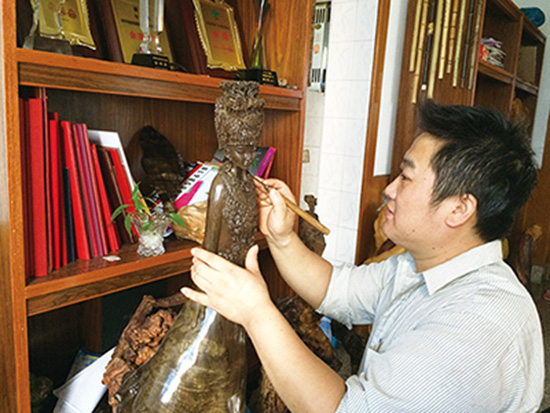 李青圣:古沉木雕琢苗族史诗