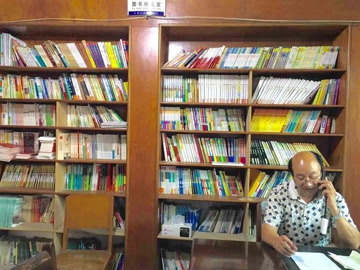 村里的农家书屋放满了书籍杂志