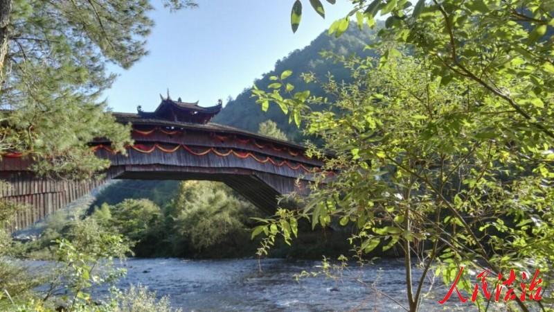 位于庆元县五大堡乡的全国重点文物保护单位处州廊桥兰溪桥。金黎春摄
