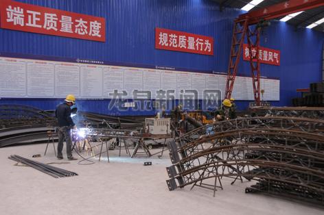 工人正在对钢筋架进行加工和焊接