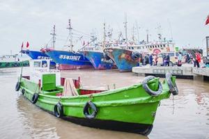 冷空气来袭 渔船纷纷进港避风