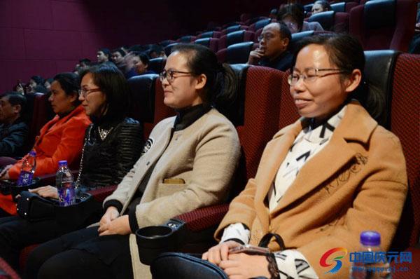 党代会代表观看电影《大会师》