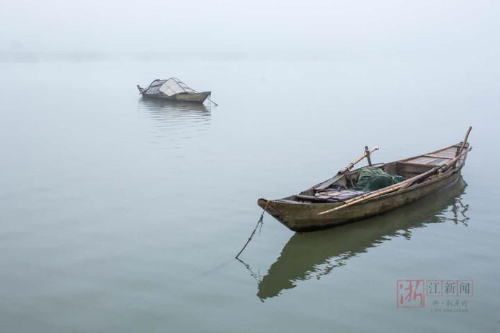 薄雾中的信安湖 美成一副山水画