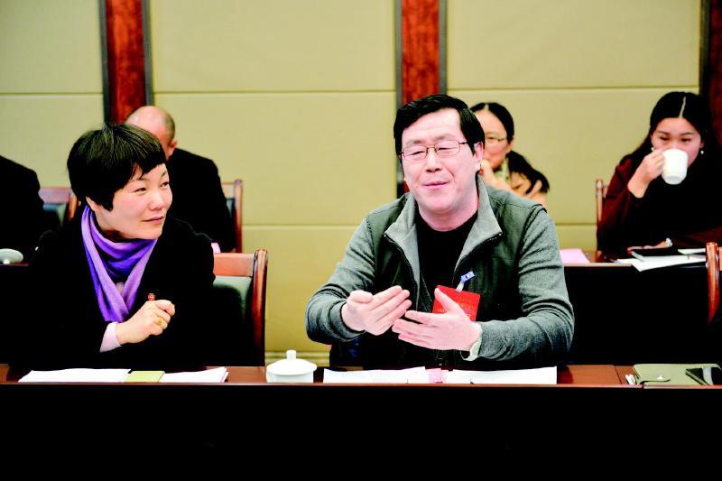 """党代会代表继续审议""""两委""""工作报告"""