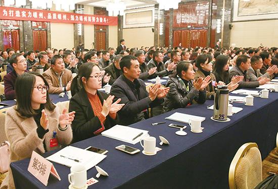 代表们鼓掌通过有关事项