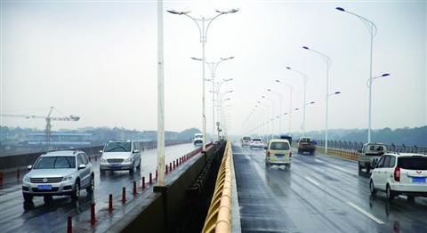 宾港大桥东半幅建成通车